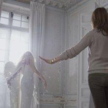 Mademoiselle C: Carine Roitfeld (di spalle) in una scena del film