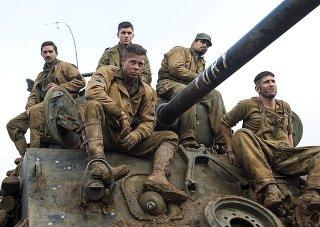 Fury: Brad Pitt, Shia LaBeouf, Jon Bernthal, Michael Pena e Logan Lerman sopra il carroarmato