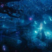Maleficent: Elle Fanning circondata dalle magiche creature del bosco