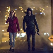 Arrow: Katie Cassidy e Stephen Amell nell'episodio Streets of Fire
