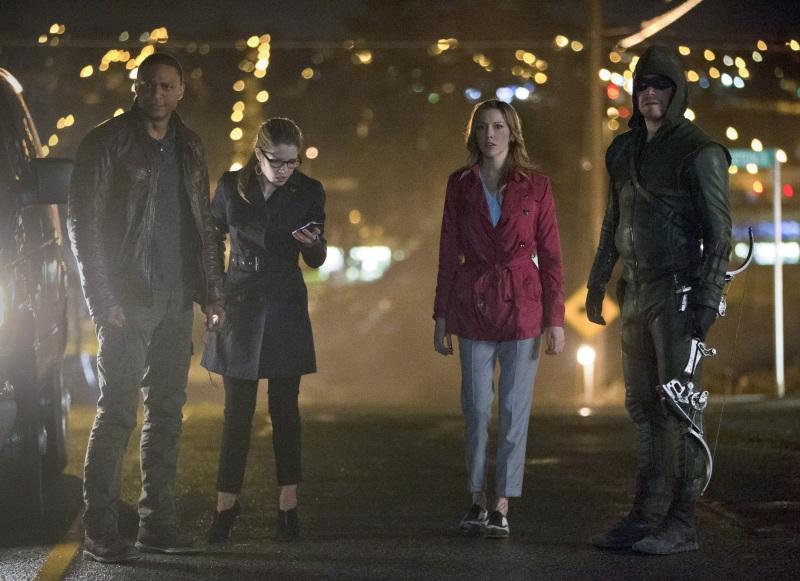 Arrow: Katie Cassidy, Emily Bett Rickards, Stephen Amell, David Ramsey nell'episodio Streets of Fire