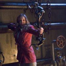 Arrow: Katie Cassidy imbraccia l'arco nell'episodio Streets of Fire, seconda stagione