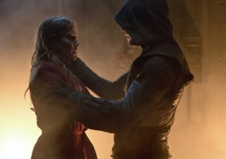 Arrow: Katie Cassidy insieme a Stephen Amell in una scena dell'episodio Streets of Fire