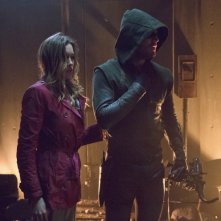 Arrow: Katie Cassidy insieme a Stephen Amell nell'episodio Streets of Fire