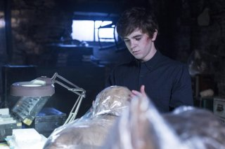 Bates Motel: Freddie Highmore in una scena dell'episodio The Immutable Truth, seconda stagione