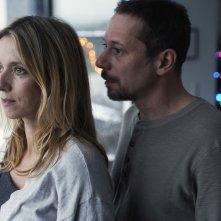 La chambre bleue: Léa Drucker e Mathieu Amalric in un momento del film