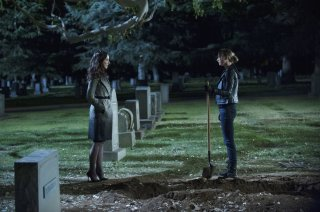 Revenge: Madeleine Stowe insieme a Emily VanCamp nell'episodio Execution della terza stagione