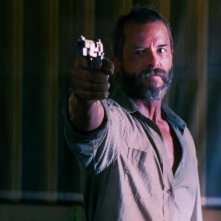 The Rover: Guy Pearce punta la sua pistola verso il nemico in una scena del film