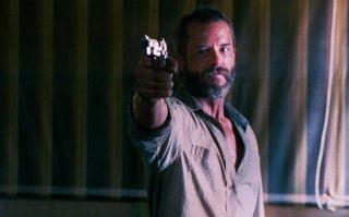 The Rover: Guy Pearce punta la sua pistola verso il nemico in una scena del film