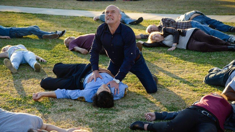 Under the Dome: Dean Norris e Alexander Koch in una scena di Heads Will Roll