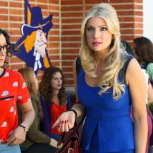 Bad Teacher: Ari Graynor con Sara Gilbert in una scena del pilot della comedy
