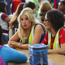 Bad Teacher: Ari Graynor e Sara Gilbert in una scena del primo episodio