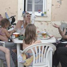 Party Girl: Angélique Litzenburger e Joseph Bour in una scena familiare del film