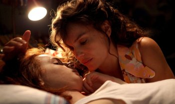 Più buio di mezzanotte: Davide Capone con Micaela Ramazzoti in una tenera scena