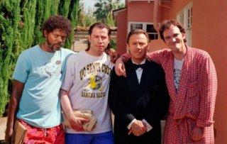 Quentin Tarantino sul set di Pulp Fiction con Harvey Keitel, John Travolta e Samuel L. Jackson
