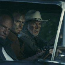 Cold in July: Michael C. Hall in una scena notturna con Don Johnson e Sam Shepard