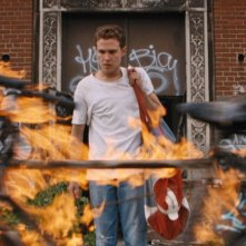 Lost River: Iain De Caestecker in una scena