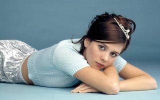 La bella Anna Friel in un'immagine promozionale