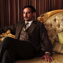 The Paradise: Emun Elliott in una scena
