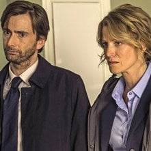 Gracepoint: Anna Gunn e David Tennant in una scena