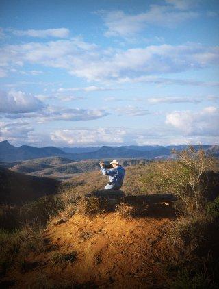 Il Sale della Terra: il fotografo Sebastião Salgado in una scena del film a lui dedicato