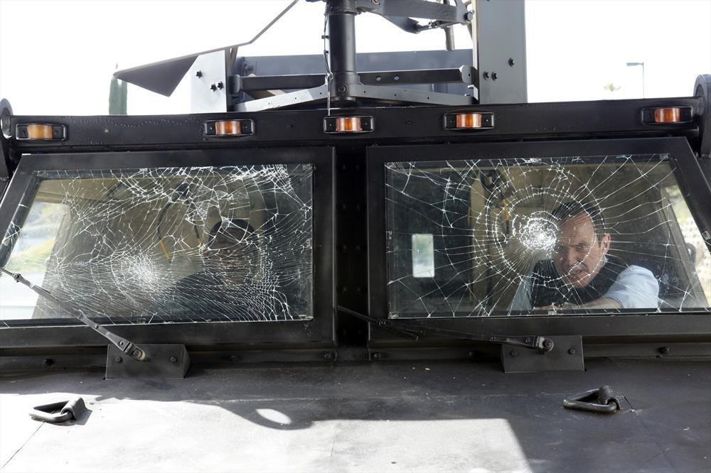 Agents of S.H.I.E.L.D.: una scena con Clark Gregg e B.J. Britt dell'episodio Beginning of the End