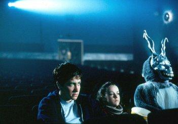 Jake Gyllenhaal, Jena Malone e lo spaventoso coniglio Frank in una scena di Donnie Darko