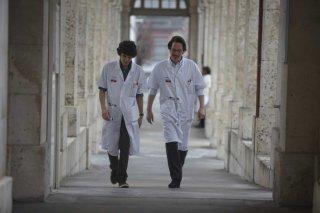 Hippocrate: Vincent Lacoste con Reda Kateb in una scena del film