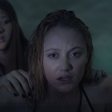 It Follows:  Maika Monroe con Lili Sepe in una scena dell'horror