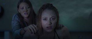 It Follows:  Maika Monroe con Lili Sepe in una scena dell'horror