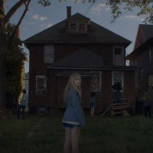 It Follows:  Maika Monroe in una inquietante scena del film
