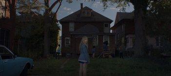 It Follows:  Maika Monroe in una inquietante scena del film
