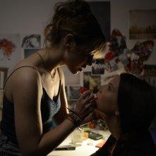 Breathe: Lou de Laâge insieme a Joséphine Japy in una scena