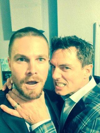 Una foto scherzosa tra Stephen Amell e John Barrowman dal set di Arrow, postata dallo stesso Amell sul suo Twitter