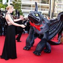 Cannes 2014, Cate Blanchett sul red carpet di Dragon Trainer 2 con un accompagnatore speciale