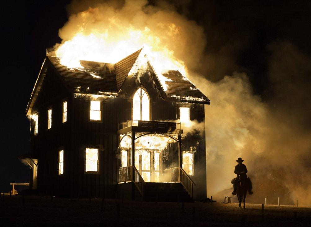 The Homesman: la casa brucia
