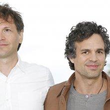 Foxcatcher: il regista Bennett Miller con Mark Ruffalo durante il photocall di Cannes 2014
