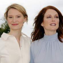 Maps to the stars: Julianne Moore e Mia Wasikowska posano sorridenti durante il photocall a Cannes 2014