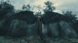 Maleficent: Angelina Jolie spalanca le ali del male in una scena del film