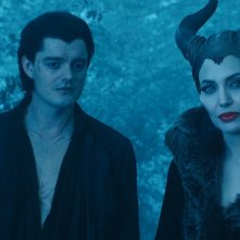 Maleficent: Angelina Jolie con Sam Riley in una scena del film