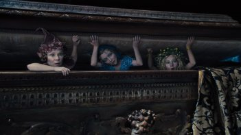 Maleficent: tre elfe magiche in una scena del film