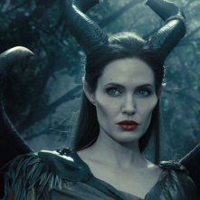 Maleficent: lo sguardo intenso e 'malefico' di Angelina Jolie in una scena del film