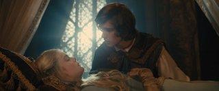 Maleficent: Elle Fanning in una scena con  Brenton Thwaites