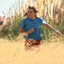 Géronimo:  Céline Sallette corre in un prato in una scena del film