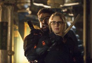 Arrow: Emily Bett Rickards con Manu Bennett nell'episodio Unthinkable