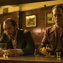 Dom Hemingway: Jude Law insieme a Richard E. Grant al bar in una scena