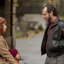 Dom Hemingway: Jude Law in una scena con Jordan A. Nash e Emilia Clarke