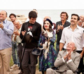 Pane e burlesque: Edoardo Leo con Sabrina Impacciatore e Marco Bonini in una scena del film