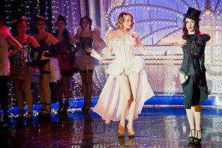 Pane e burlesque: Sabrina Impacciatore con Laura Chiatti durante un'esibizione in una scena del film