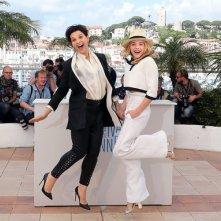 Clouds of Sils Maria: Juliette Binoche e Chloe Morets giocano coi fotografi a Cannes 2014